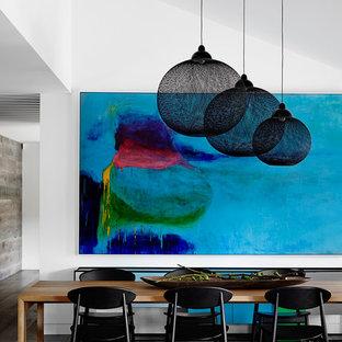 Imagen de comedor actual, grande, sin chimenea, con paredes blancas y suelo de madera en tonos medios