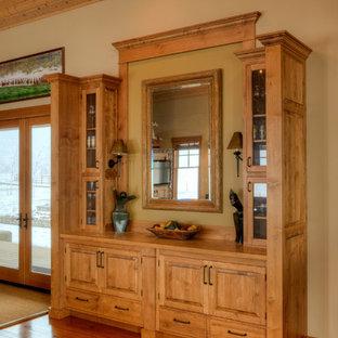 Idee per una sala da pranzo aperta verso il soggiorno country di medie dimensioni con pareti beige, pavimento in legno massello medio e pavimento marrone