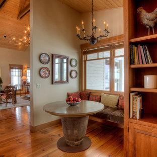 Exempel på ett mellanstort lantligt kök med matplats, med beige väggar, mörkt trägolv och brunt golv