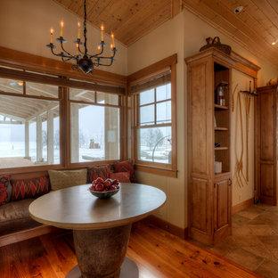 Imagen de comedor de cocina de estilo de casa de campo, de tamaño medio, sin chimenea, con paredes beige, suelo de madera oscura y suelo beige