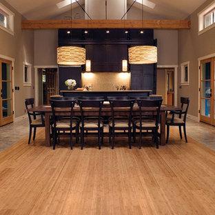 Diseño de comedor de estilo americano, grande, abierto, con paredes grises y suelo de bambú