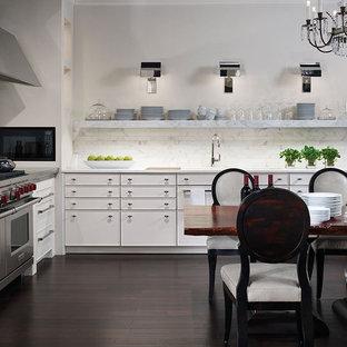 Ispirazione per una sala da pranzo aperta verso la cucina classica di medie dimensioni con pareti bianche, pavimento in bambù e nessun camino