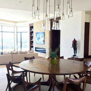 Offenes, Großes Modernes Esszimmer mit beiger Wandfarbe, Kalkstein, Kaminsims aus Stein und Gaskamin in Orange County