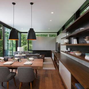 Modern inredning av ett litet kök med matplats, med flerfärgade väggar, mellanmörkt trägolv och brunt golv