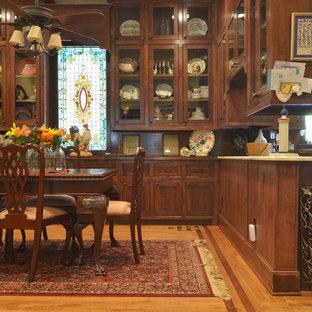 Aménagement d'une salle à manger ouverte sur la cuisine victorienne avec un sol en bois brun.