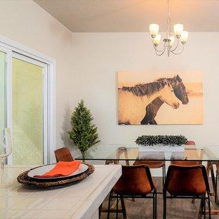 Ispirazione per una piccola sala da pranzo aperta verso la cucina tradizionale con pareti beige, pavimento in vinile, nessun camino e pavimento marrone