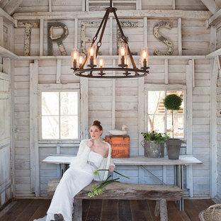 Ejemplo de comedor de cocina rústico, pequeño, con paredes grises y suelo de madera en tonos medios