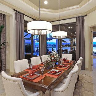 Imagen de comedor contemporáneo, grande, con paredes beige y suelo de travertino