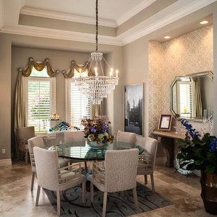 Ispirazione per una sala da pranzo chic chiusa e di medie dimensioni con pareti grigie, pavimento in travertino e pavimento beige