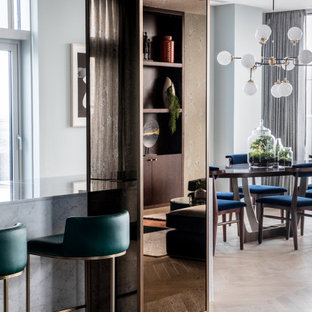 Exempel på ett stort retro kök med matplats, med grå väggar, ljust trägolv, en dubbelsidig öppen spis, en spiselkrans i metall och grått golv