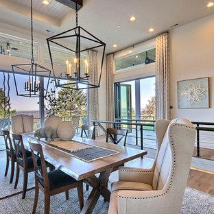 Esempio di un'ampia sala da pranzo aperta verso il soggiorno country con pareti beige, parquet chiaro, nessun camino e pavimento marrone