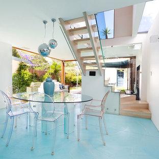 На фото: гостиные-столовые в современном стиле с белыми стенами и синим полом