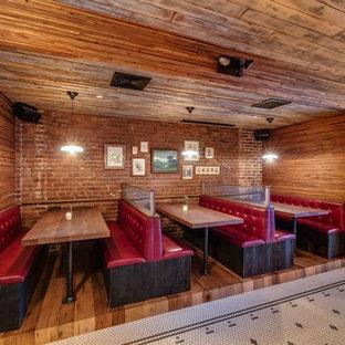 Imagen de comedor urbano, grande, con suelo de madera en tonos medios y suelo marrón