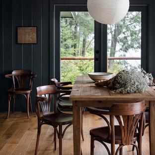 Esempio di una sala da pranzo rustica chiusa con pareti verdi, pavimento in legno massello medio e pavimento marrone