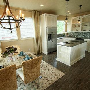 ヒューストンの小さいビーチスタイルのおしゃれなダイニングキッチン (ベージュの壁、磁器タイルの床) の写真