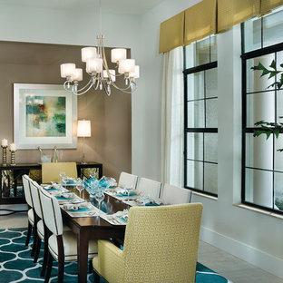 Foto di una sala da pranzo design chiusa e di medie dimensioni con pareti marroni e pavimento in marmo