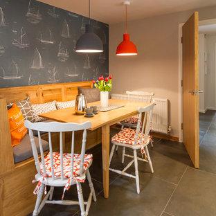 Esempio di una sala da pranzo stile marino con pareti grigie e pavimento in ardesia
