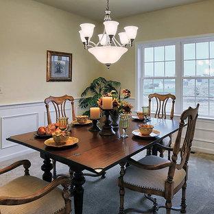 Idee per una sala da pranzo classica chiusa e di medie dimensioni con pareti multicolore, moquette, nessun camino e pavimento beige