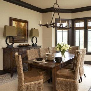 Modelo de comedor clásico, grande, con paredes beige y suelo de ladrillo