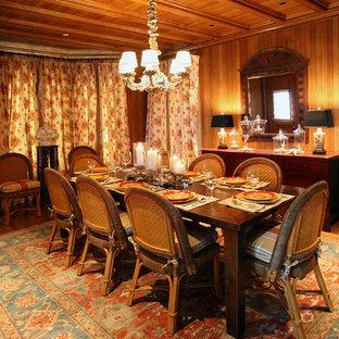 Exemple d'une grande salle à manger victorienne avec un mur marron et un sol en bois brun.