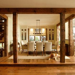 Imagen de comedor de cocina rústico, grande, con suelo de madera en tonos medios y paredes verdes