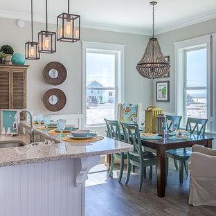 Ispirazione per una piccola sala da pranzo aperta verso la cucina stile marino con pareti grigie, pavimento in vinile e nessun camino