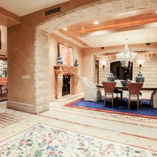 ラスベガスの巨大なミッドセンチュリースタイルのおしゃれな独立型ダイニング (ベージュの壁、大理石の床、標準型暖炉、石材の暖炉まわり) の写真