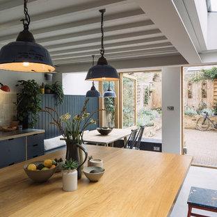ロンドンのトラディショナルスタイルのおしゃれなダイニングキッチン (白い壁、コンクリートの床、グレーの床) の写真