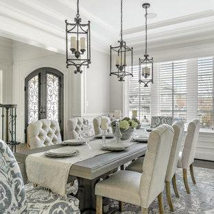 Esempio di una sala da pranzo con pareti grigie, parquet scuro, pavimento marrone, soffitto ribassato e boiserie