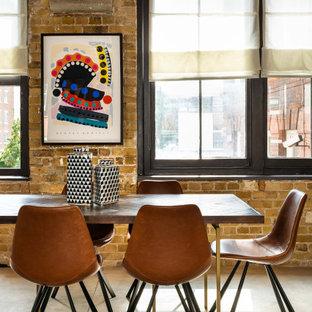 Offenes, Großes Industrial Esszimmer mit brauner Wandfarbe, grauem Boden und Ziegelwänden in London