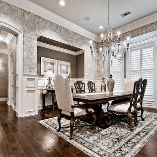 Esempio di una grande sala da pranzo tradizionale chiusa con pareti marroni, parquet scuro e pavimento verde