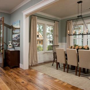 Imagen de comedor clásico, de tamaño medio, abierto, sin chimenea, con suelo de madera en tonos medios, paredes azules y suelo marrón