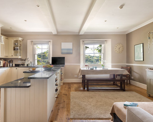 landhausstil wohnk chen mit braunem holzboden design. Black Bedroom Furniture Sets. Home Design Ideas