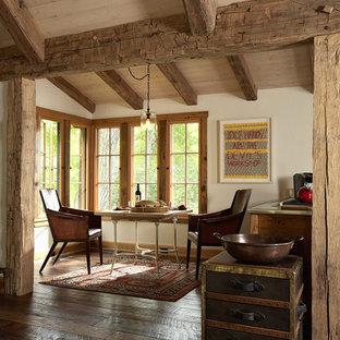 Ejemplo de comedor de cocina rural con paredes blancas y suelo de madera oscura