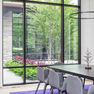 Offenes Modernes Esszimmer mit weißer Wandfarbe und hellem Holzboden in Toronto