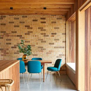 Idéer för mellanstora lantliga kök med matplatser, med bruna väggar, betonggolv och grått golv