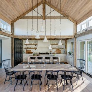 Idéer för lantliga matplatser med öppen planlösning, med vita väggar, mellanmörkt trägolv och brunt golv
