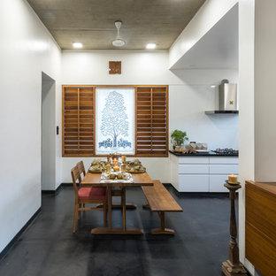 Inspiration för asiatiska kök med matplatser, med vita väggar och grått golv