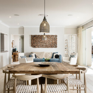 Cette image montre une salle à manger ouverte sur le salon marine avec un mur gris et un sol en bois clair.