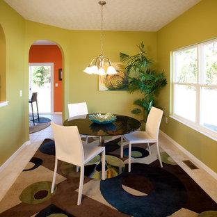 Foto di una sala da pranzo bohémian con pareti verdi