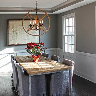 Idee per una grande sala da pranzo country chiusa con pareti grigie e parquet scuro