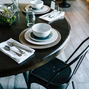 Ispirazione per una sala da pranzo aperta verso il soggiorno classica di medie dimensioni con pavimento in laminato