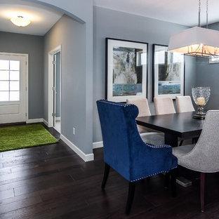Esempio di una sala da pranzo tradizionale chiusa e di medie dimensioni con pareti blu, parquet scuro, camino bifacciale e cornice del camino piastrellata