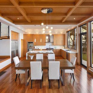 Inspiration för ett mellanstort funkis kök med matplats, med mellanmörkt trägolv