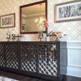 Foto di un'ampia sala da pranzo tradizionale chiusa con pareti con effetto metallico, parquet scuro e pavimento marrone
