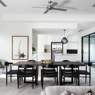 パースの巨大なコンテンポラリースタイルのおしゃれなLDK (白い壁、グレーの床) の写真