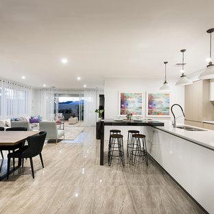 Esempio di una sala da pranzo aperta verso il soggiorno minimalista di medie dimensioni con pareti bianche e pavimento in gres porcellanato
