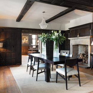 Idee per una sala da pranzo tradizionale con pareti marroni, pavimento in legno massello medio e camino classico