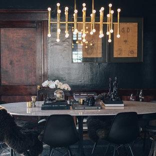 Inspiration för eklektiska matplatser, med svarta väggar och mellanmörkt trägolv