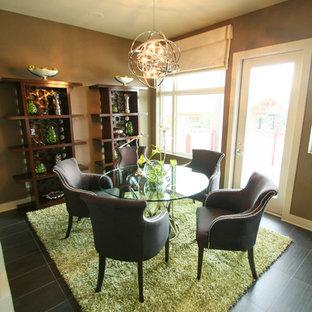 Esempio di una sala da pranzo minimalista con pareti marroni e pavimento in gres porcellanato